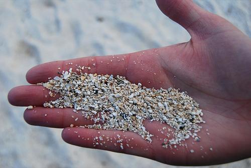 Parábola arena en la mano