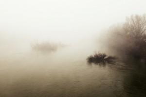 Rio con niebla