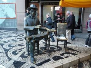 Estatua Fernando Pessoa en Lisboa